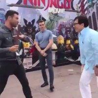 ジャッキーのこの動き…….隣の男性めっちゃ興奮してるwwwwwww#JackieChan #Ninjago 🙃